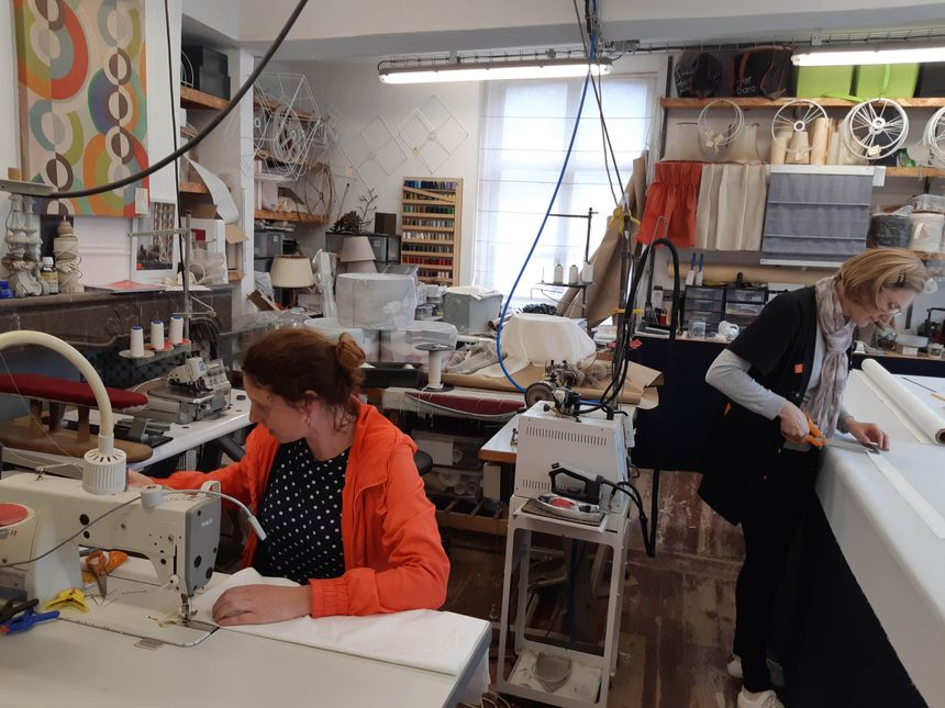 La partie couture de l'atelier avec Barbara Fayolle et Nathalie ,salariée de l'entreprise