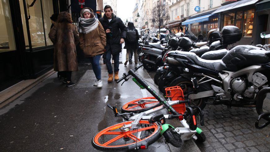 Bien souvent, les trottinettes et vélos en libre-service encombrent les piétons sur les trottoirs