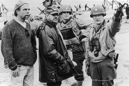 """Steven Spielberg et Tom Hanks sur le tournage de """"Il faut sauver le soldat Ryan"""", 1998."""