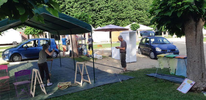 Les responsables des stands de restauration ont aussi préféré monter leur barnum le matin à la fraîche pour éviter les grosses chaleurs.