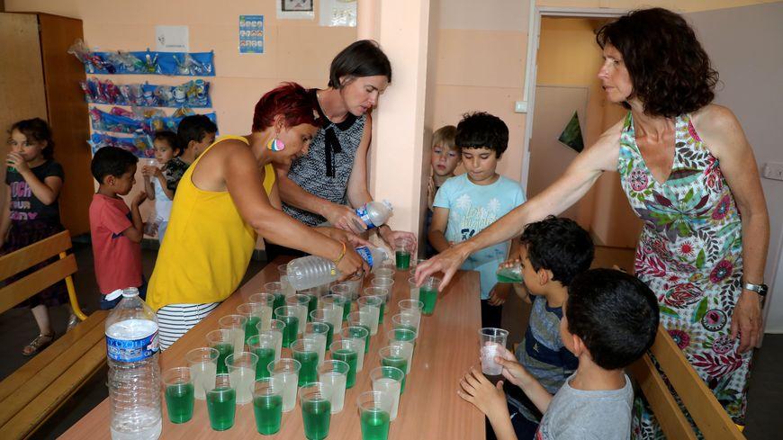 Distribution d'eau aux enfants dans une école de Carpentras mardi 25 juin.