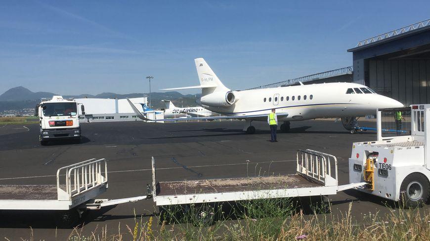 Un avion sur le tarmac de l'aéroport Clermont Auvergne