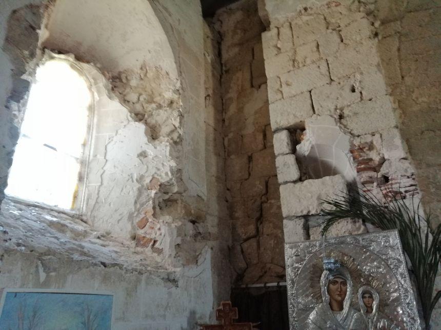 Fissures, morceaux manquants : certaines parties de l'église tombent en ruine.
