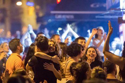 La joie dimanche soir dans les rues d'Istanbul après la victoire du candidat d'opposition à la mairie de la métropole, et la défaite du candidat de l'AKP du Président Erdogan.