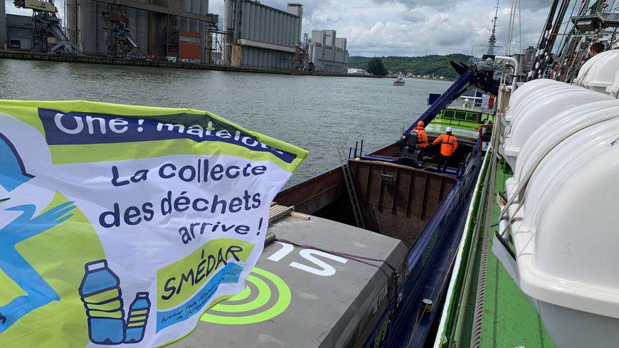 Le bateau récupère les déchets tous les jours.