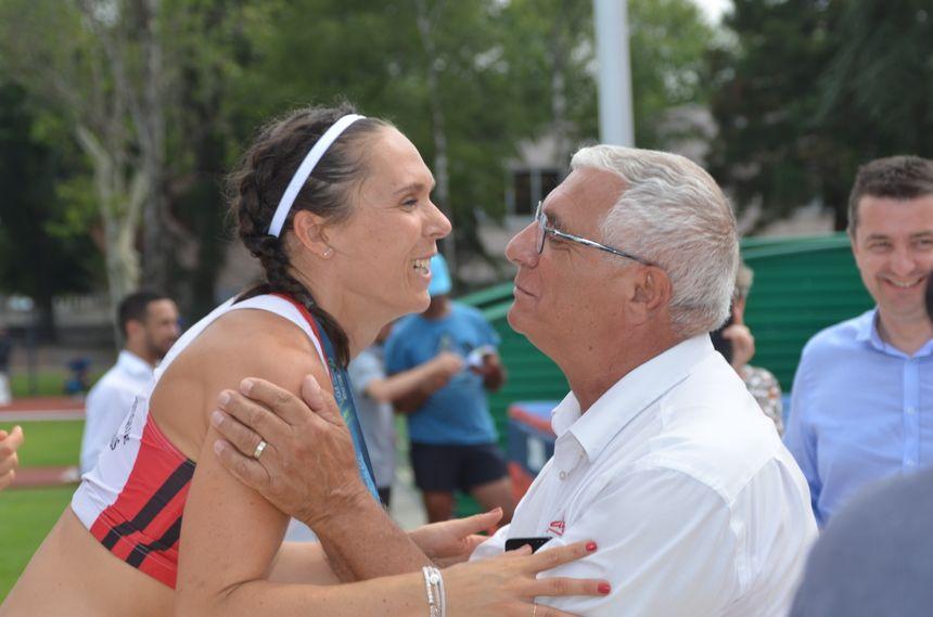 Emmanuelle Chazal reçoit sa médaille d'argent et la bise du président de la ligue