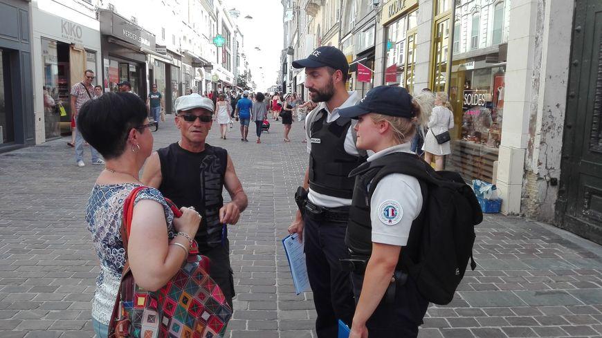 Les policiers nouent le dialogue dans la rue