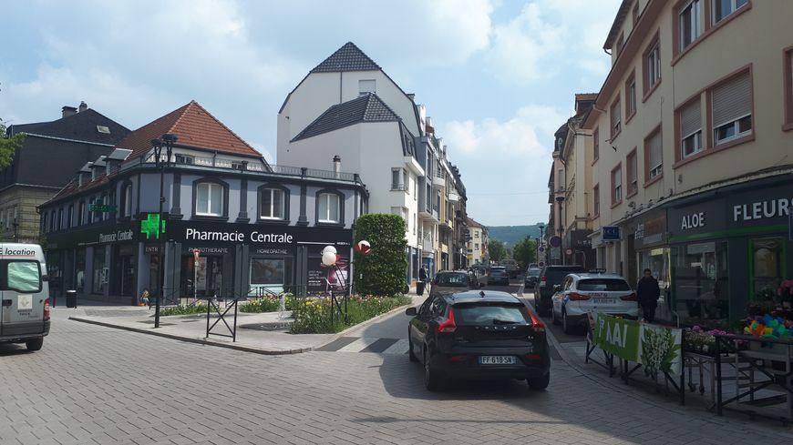 La rue Nationale de Forbach, principale rue commerçante, a été le théâtre de perquisitions.