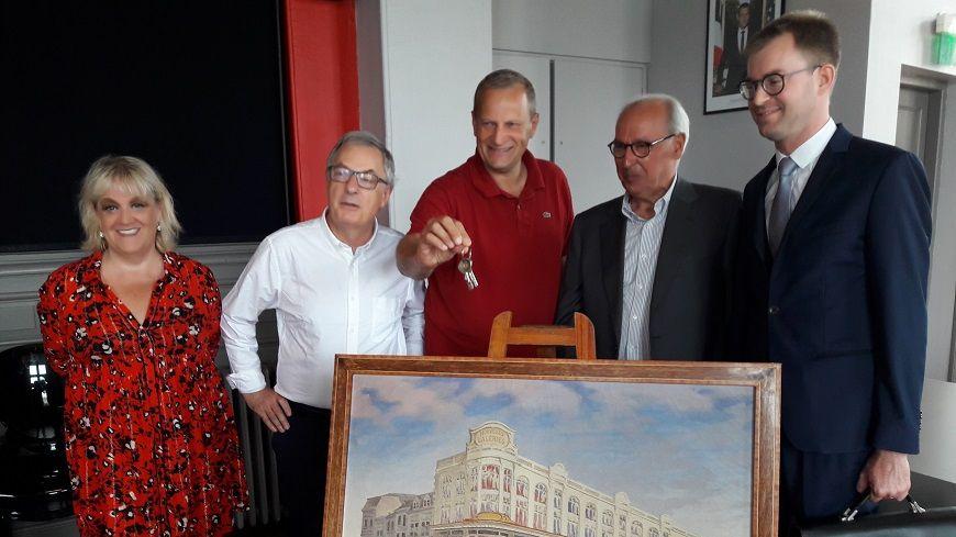 Le maire de Mont-de-Marsan, Charles Dayot, a les clés des Nouvelles Galeries