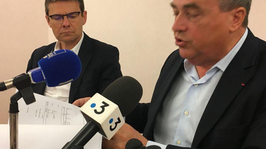 Le maire d'Orléans Olivier Carré brandissant des documents lors de sa conférence de presse, aux côtés de son directeur de cabinet Philippe Fromenteau