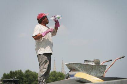 Un salarié du BTP en pleine chaleur lors de travaux publics à Bordeaux.