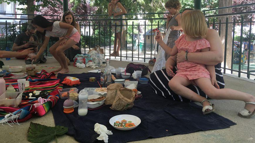 Pour protester contre les repas servis à la cantine, parents et enfants du 18ème ont pique-niqué dans les squares.