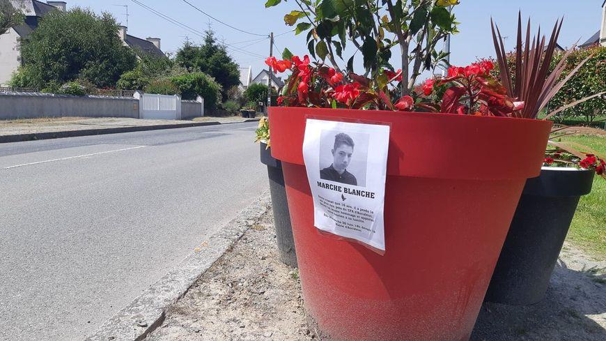 Les proches de la victime ont collé des affiches à Aucaleuc pour annoncer la marche blanche