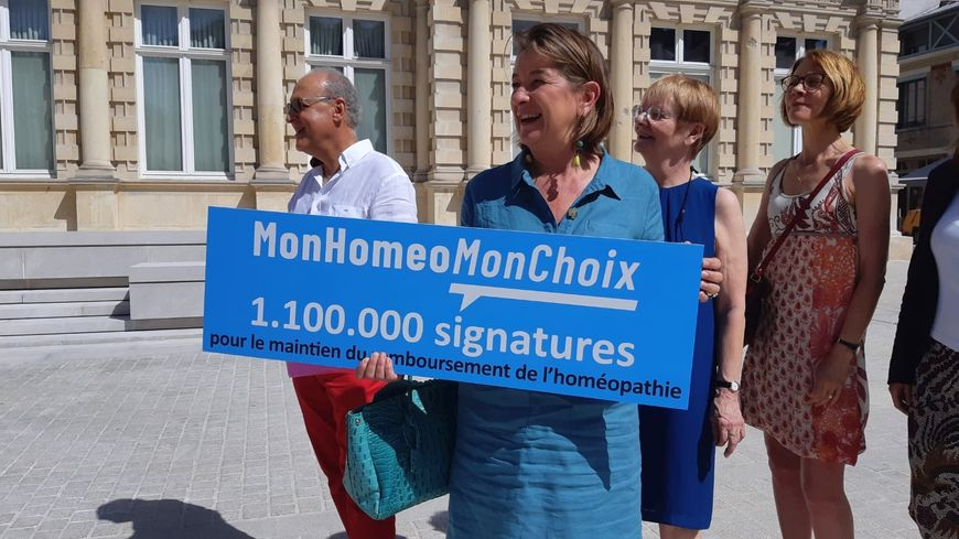 Les salariés du laboratoire Boiron de Reims devant la mairie