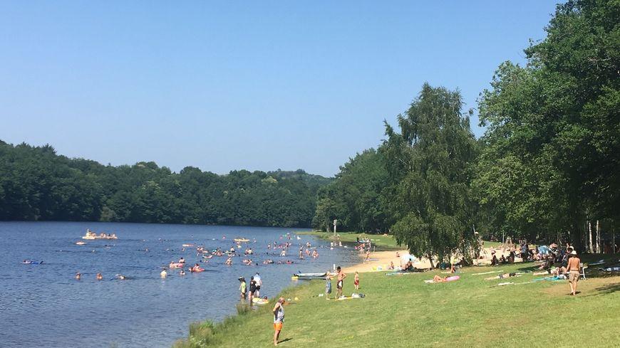 En Haute-Vienne, la plage de Bujaleuf sur le lac de Saint-Hélène a fait le plein en ce début d'été caniculaire