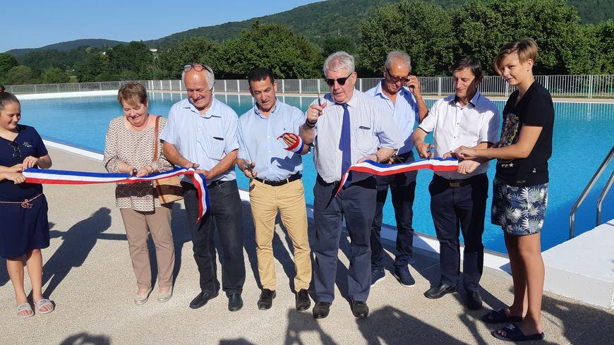 Inauguration officielle de la nouvelle piscine de Chalezeule par le maire de Besançon, Jean-Louis Fousseret (ciseaux en main), le 28 juin 2019