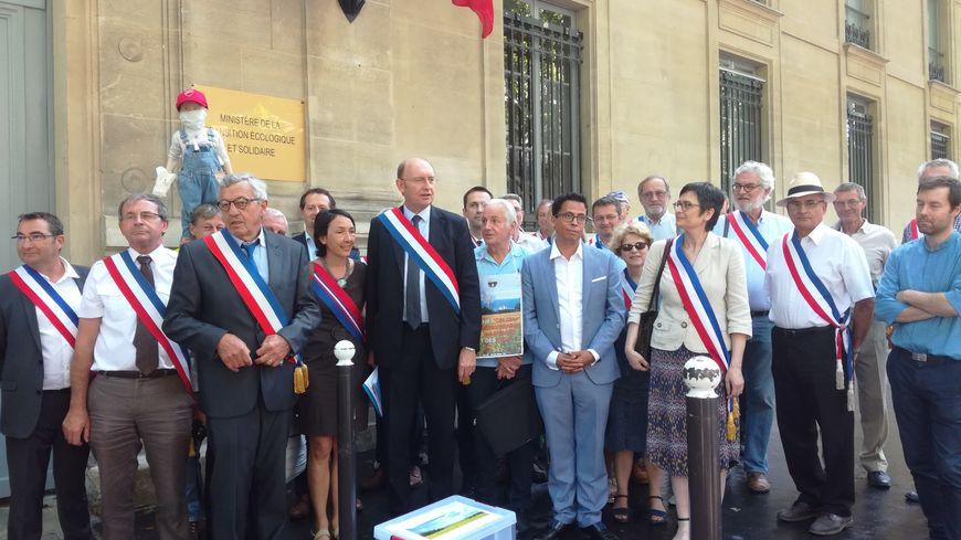 Une quarantaine de maires se sont réunis jeudi midi devant le ministère de l'Ecologie pour protester contre le projet du cimentier Calcia de s'étendre dans le Vexin.