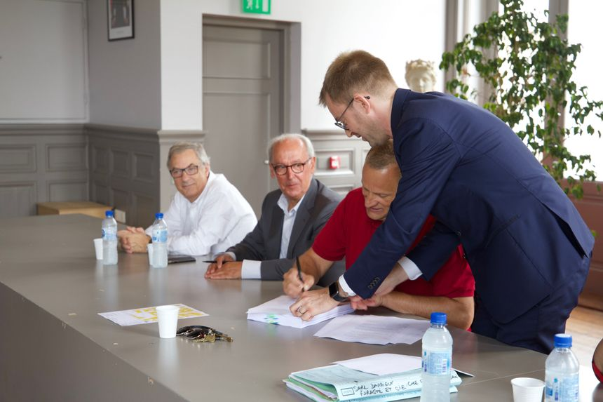 La signature de l'acte authentique d'acquisition des Nouvelles Galeries entre le maire de Mont-de-Marsan et Me Patrick Bozler, représentant le vendeur