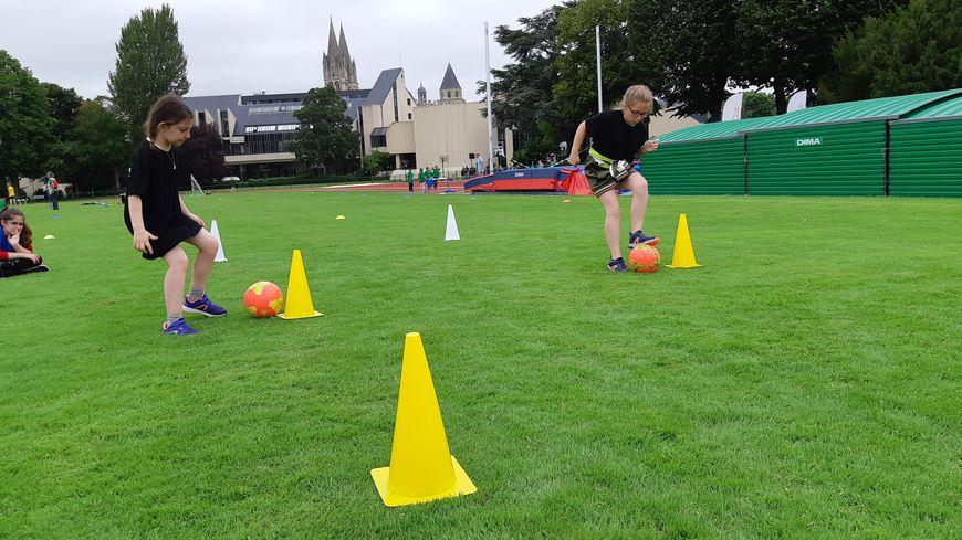 Les filles de Magny-la-Campagne ont toutes les difficultés à se mêler avec les garçons pour jouer au foot dans la cours de récréation
