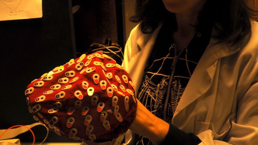 """Isabella Zsoldos, étudiante (post doctorante) réalise le test """"NEUROVISU"""" à l'aide de ce bonnet d'electroencéphalographie"""