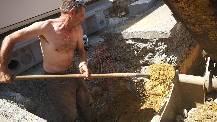 Les travailleurs du bâtiment commencent leur journée environ 1 heure avant pour ne pas avoir à travailler en plein après-midi.