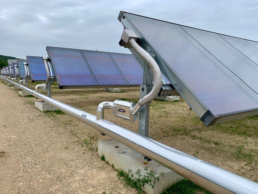 Les panneaux solaires suivent la course du soleil. Un processus courant pour du photovoltaïque, mais innovant pour des panneaux thermiques.