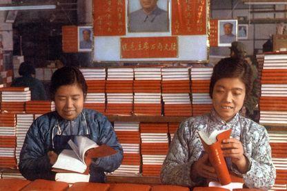 Ouvrières dans une imprimerie de Pékin fabriquant le Petit Livre Rouge en 1968