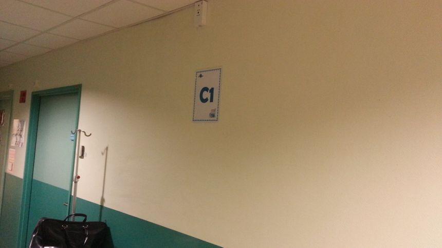 Les emplacements dans les couloirs des urgences de Vierzon sont maintenant repérés par des numéros pour des malades qui restent parfois plusieurs jours.