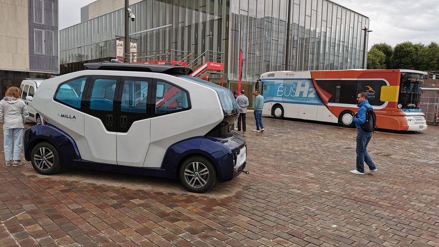 Au premier plan : la navette autonome de Milla, complément aux transports en commun, construite au Mans et roulant à l'hydrogène. Derrière, le prototype de bus à hydrogène de la mairie mancelle.