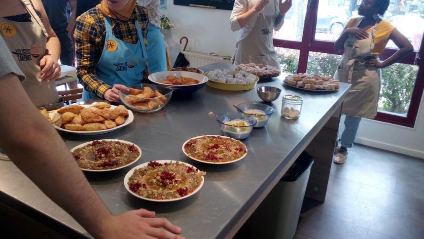 Au menu ce mercredi 19 juin à Croix: le babaghanouche (au premier plan), le moutabal (dans les plats bleus), les bouracks (beignets à gauche), et en dessert le Harissa à la noix de coco (au bout de la table)