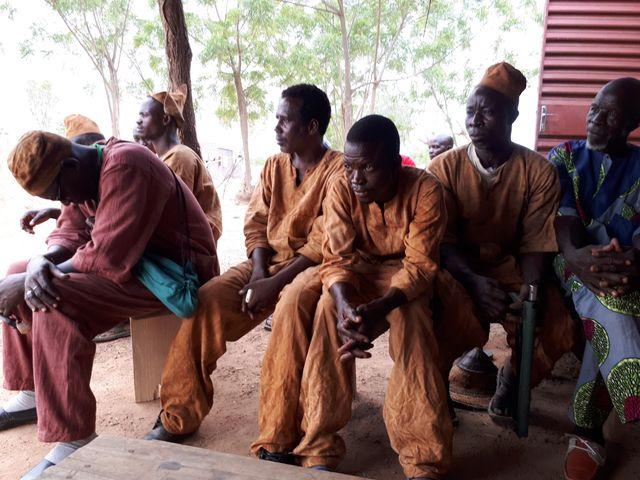 Dans les villages, la population s'organise en groupe d'autodefense. (Ici, chasseurs Dozos)