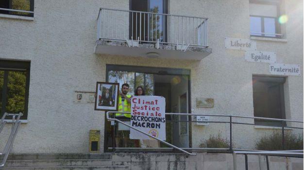 Des militants d'ANV cop 21 devant la mairie de Migné Auxances