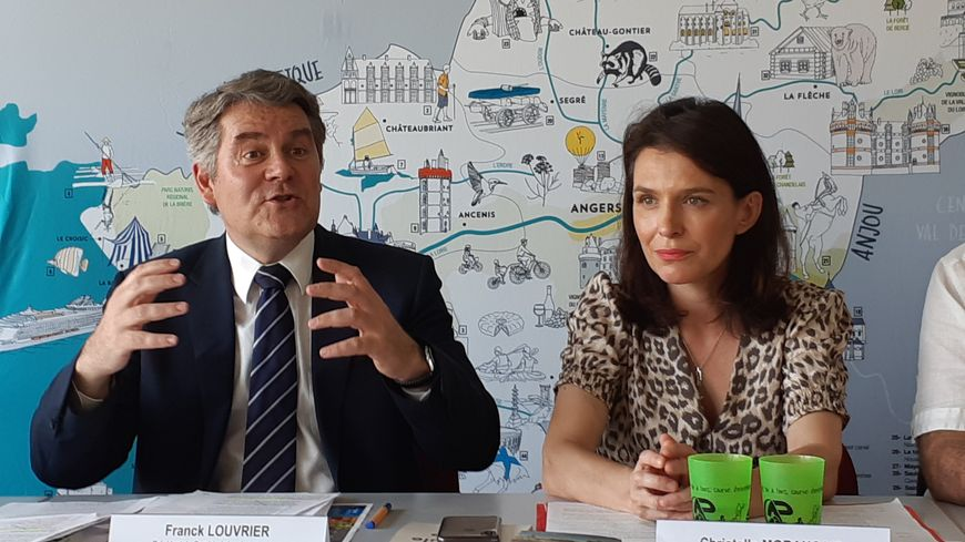 Christelle Morançais, la présidente du conseil régional des Pays de la Loire, et Franck Louvrier, chef de file des Républicains en Loire-Atlantique attendent les explications de Sébastien Pilard.