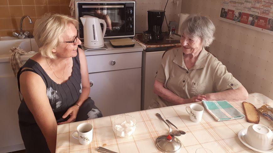 Les agents du CCAS d'Auxerre prennent des nouvelles des personnes âgées.