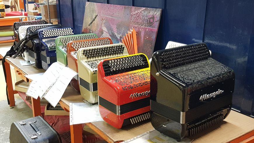 Quelques accordéons Maugein qui attendent leur clients dans les ateliers de Tulle...