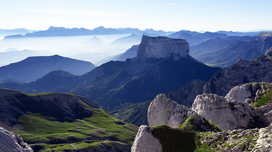 Le Mont Aiguille se situe dans le massif du Vercors, à la limite du Trièves.