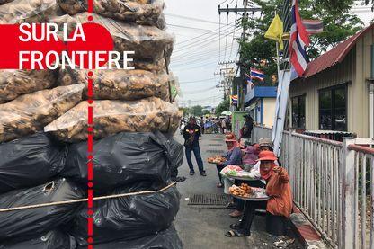 Entre le Cambodge et la Thaïlande, les incessants échanges appellent d'indispensables services : ici, des vendeuses de rue proposent des mets thaïlandais.