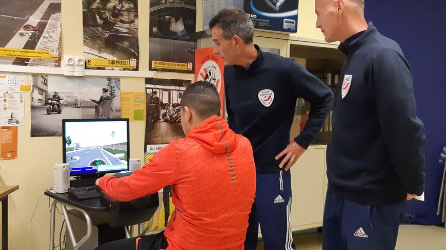 Les adolescents peuvent suivre une formation routière sur un simulateur de conduite d'un deux-roues
