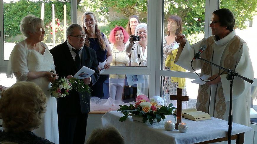 Les mariés et leurs proches ont fait un temps de prière à la maison de retraite, avant de se marier à la mairie de Cléguérec.