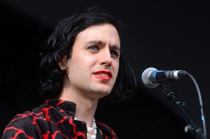 Le musicien et compositeur Ezra Furman en concert à Victoria Park le 2 juin 2019 à Londres.