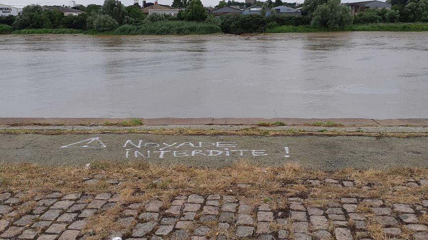 Une personne a disparu, samedi matin à Nantes, suite à une intervention policière au cours de laquelle plus d'une dizaine de personnes sont tombées dans la Loire.
