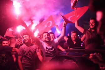 Les Turcs se rassemblent pour célébrer la nouvelle élection du maire d'Istanbul à Kadikoy, le 23 juin 2019.