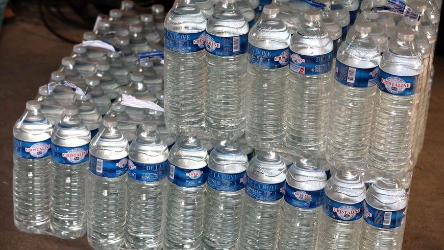 Le collège a stocké des bouteilles d'eau dans les frigos (illustration)