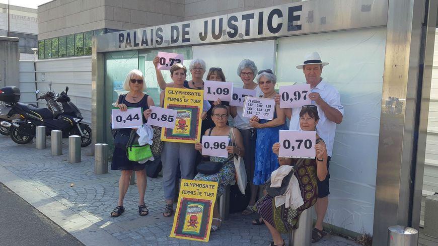 Les militants de Foll'avoine exhibent leur taux de glyphosate devant le tribunal d'Avignon
