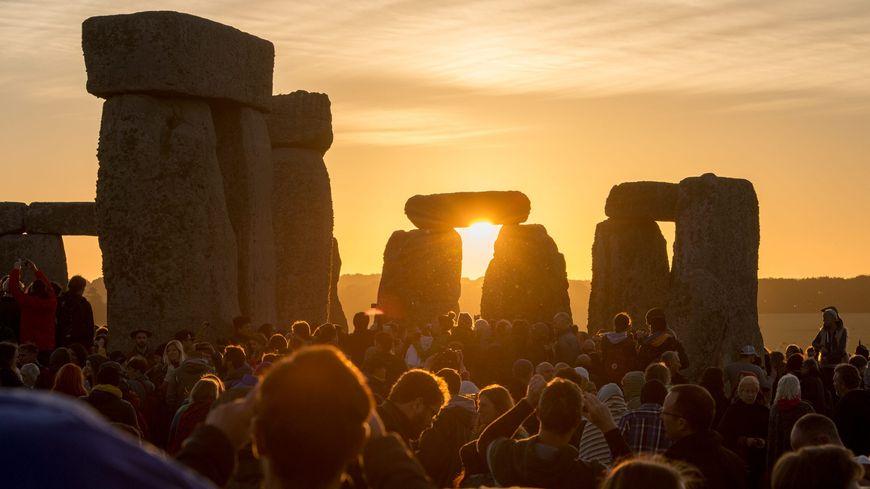 Le solstice d'été est fêté tous les ans sur le site préhistorique de Stonehenge en Angleterre par plus de 9000 personnes.