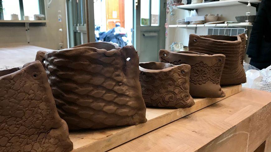 Les pots de fleurs en terre créés par Geneviève et Pia. Pas mal, non ?
