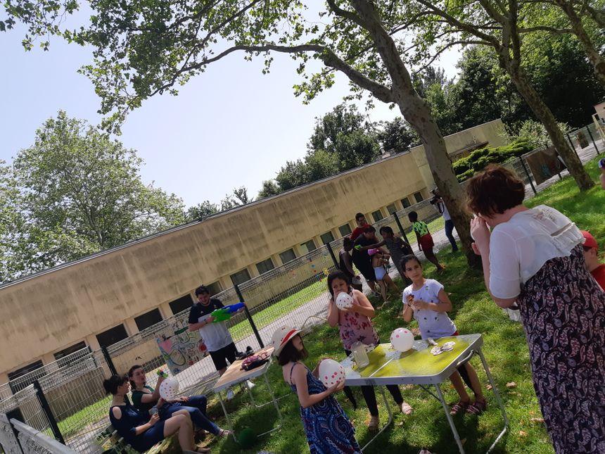 Des enfants du quartier de La Bastide à Limoges en plein jeux d'eau ce mercredi après-midi au square Manet