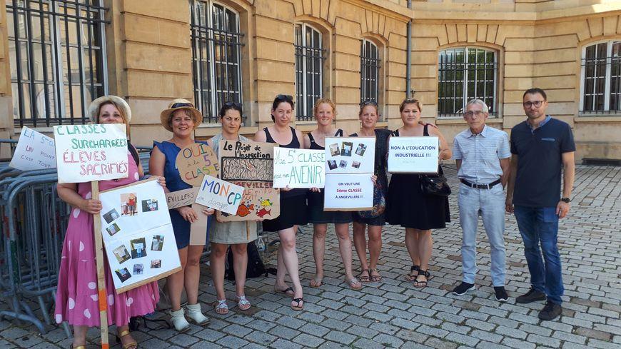 Des parents d'élèves de l'école d' Angevillers et de Fontoy ont manifesté devant la préfecture avant le CDEN