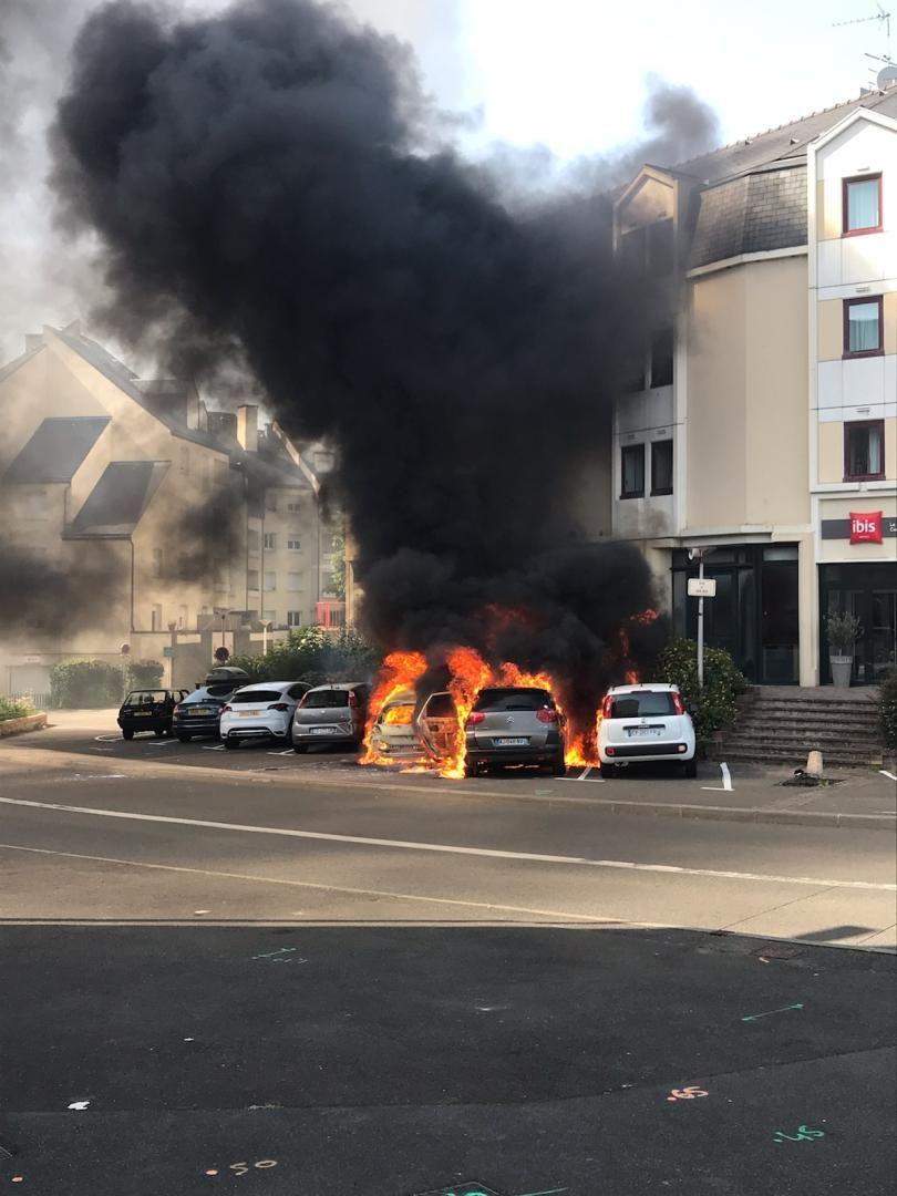 Photo prise par un témoin de l'incendie qui a touché quatre voitures ce vendredi 28 juin 2019 au Mans
