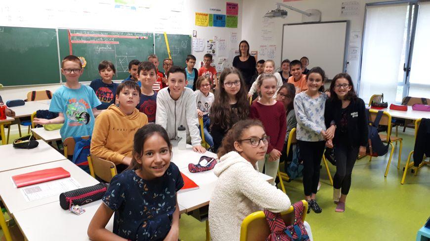 Rachel (en pull bordeaux) et ses camarades de classe